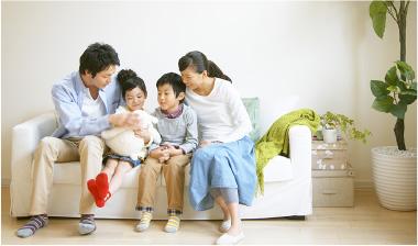 ソファに座る家族の写真