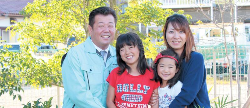 代表の4人家族の写真